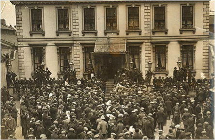 Photo of a crowd outside the Mansion House