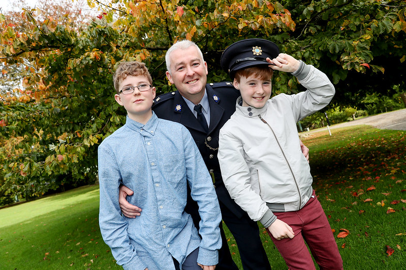 A member of the Garda Síochána with two boys at the Bravery Awards